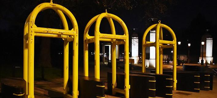 Το Λονδίνο θωρακίζεται: Τεράστια κίτρινα εμπόδια στα τουριστικά μέρη, αλεξίβομβα αυτοκίνητα της αστυνομίας παντού [εικόνες]