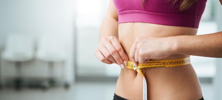 Μια γυναίκα μετράει την περίμετρο της κοιλιάς της, Φωτογραφία: Shutterstock
