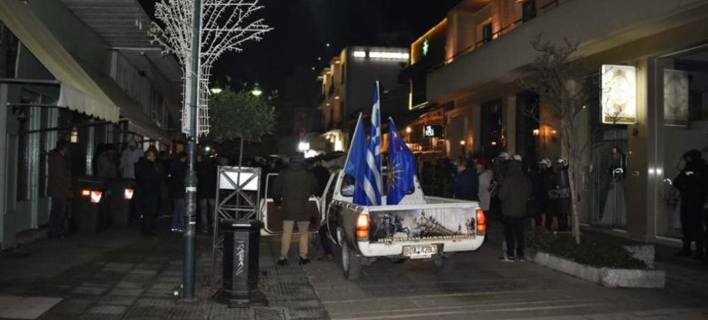Διαμαρτυρία έξω από το γραφείο του Βασ. Κόκκαλη στη Λάρισα -Φωτογραφίες: larissa.gr