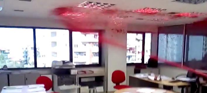 Η εισβολή αντιεξουσιαστών στην εταιρεία Adecco στη Θεσσαλονίκη -Βανδαλισμοί και κόκκινες μπογιές [βίντεο]