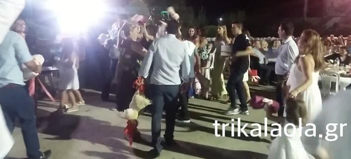 Σε γάμο γιου δημάρχου στα Τρίκαλα χόρευαν κρατώντας έναν ζωντανό κόκορα [βίντεο]