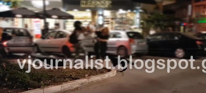 Απίστευτες σκηνές στη Θεσσαλονίκη -Μπουνιές και κλωτσιές αντάλλαξαν δύο γυναίκες στη μέση του δρόμου [βίντεο]