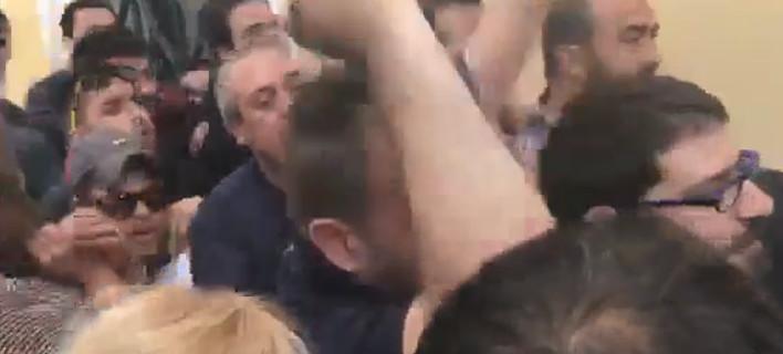 Ενταση στην Ευελπίδων από διαδηλωτές του ΚΚΕ, για το άγαλμα του Τρούμαν [βίντεο]
