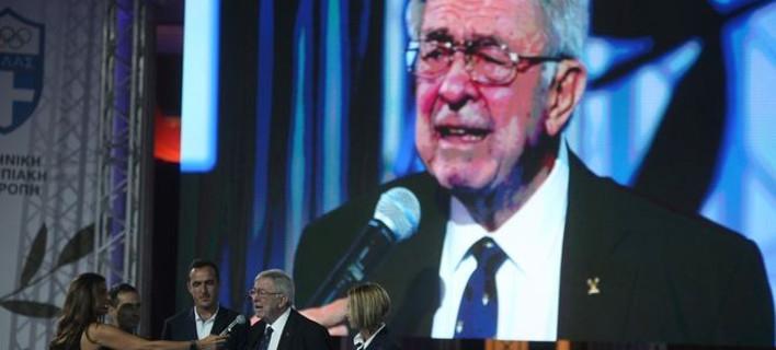 Καταβεβλημένος, με μπαστούνι στην εκδήλωση για τους Ολυμπιονίκες ο Κωνσταντίνος Γλίξμπουργκ -Ξέσπασε σε κλάματα [βίντεο]