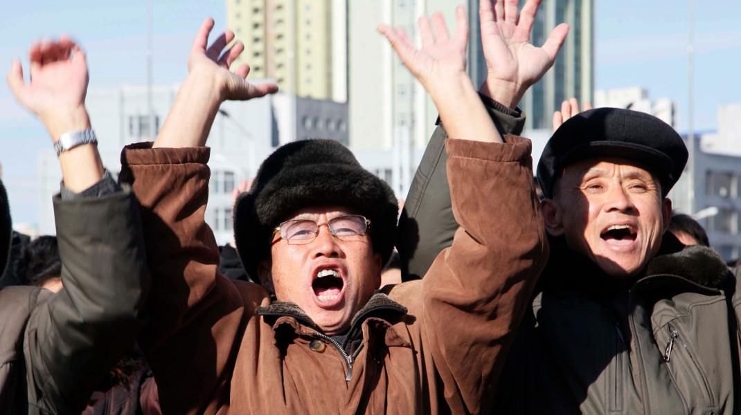 Πολίτες της Βόρειας Κορέας πανηγυρίζουν αυθόρμητα (;) για την εκτόξευση βαλλιστικού πυραύλου -Φωτογραφία: AP Photo/Jon Chol Jin