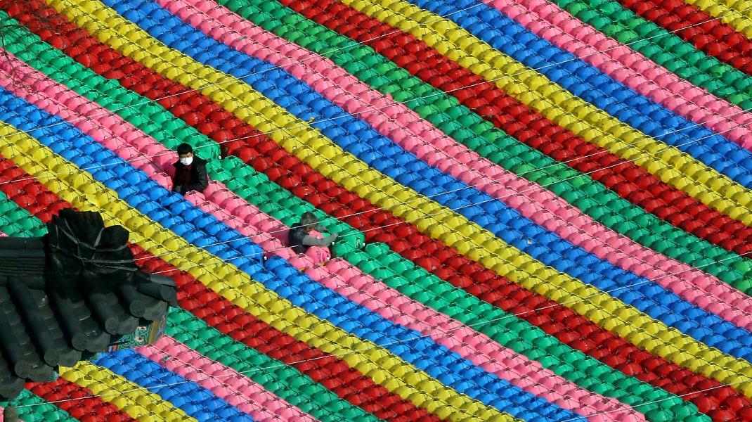 Εργάτες της Νότιας Κορέας ετοιμάζουν χιλιάδες φαναράκια για τα γενέθλια του Βούδα στις 22 Μαΐου -Φωτογραφία: AP Photo/Ahn Young-joo)