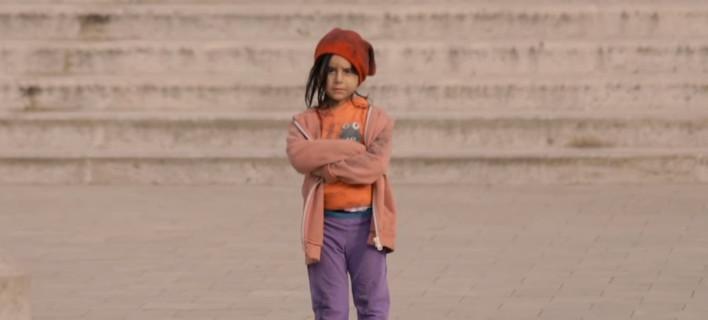 Πείραμα: Πόσο αλλάζει η συμπεριφορά μας ανάλογα με την εμφάνιση ενός παιδιού [βίντεο]