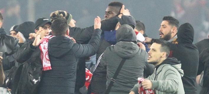 Μπήκαν οπαδοί στο Καραϊσκάκη μετά το τέλος του ματς /Φωτογραφία: Εurokinissi