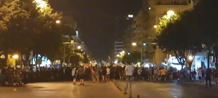 Θεσσαλονίκη: «Πολιορκία» στα γραφεία του ΣΥΡΙΖΑ από διαδηλωτές [βίντεο]