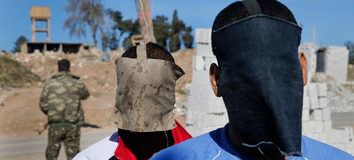 O Αλεξάντα Κότει κι ο συμμαχητής του Ελ Σάφι Ελσέιχ (πίσω) με καλυμένα τα πρόσωπα (Φωτογραφία: ΑΡ)