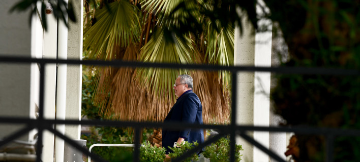 Ο Νίκος Κοτζιάς εμφανίστηκε σήμερα το πρωί ξαφνικά στο Υπουργείο Εξωτερικών- φωτογραφία intimenews