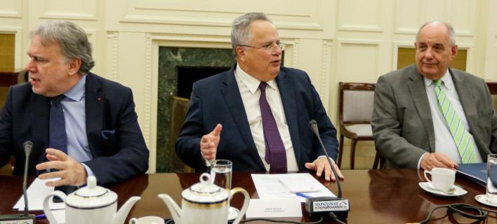 Ο κ. Κοτζιάς με τον κ. Κατρούγκαλο και τον κ. Κουίκ (Φωτογραφία: EUROKINISSI/ΓΙΩΡΓΟΣ ΚΟΝΤΑΡΙΝΗΣ)