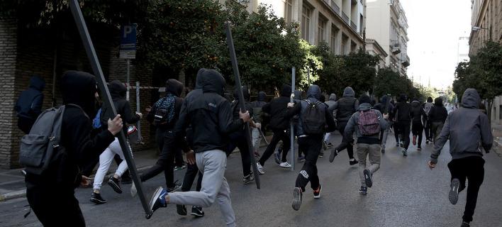 Κουκουλοφόροι διαλύουν το κέντρο της Αθήνας -Απούσα η αστυνομία