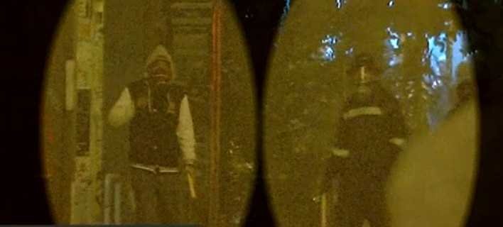 Αυτοί είναι οι δύο κουκουλοφόροι που αναζητά η ΕΛ.ΑΣ. για τη δολοφονική επίθεση με φωτοβολίδα κατά της δικηγόρου [εικόνες]