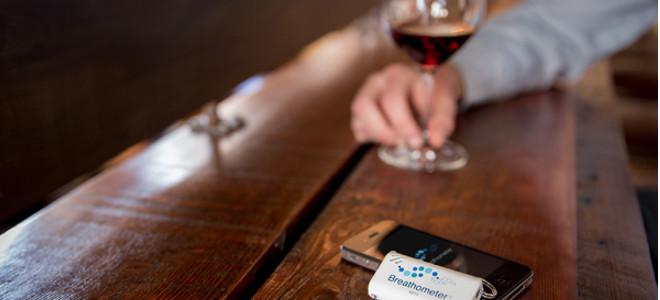 Συσκευή αλκοτέστ σε μέγεθος μπρελόκ σας προειδοποιεί πότε έχετε πιει λίγο παραπά