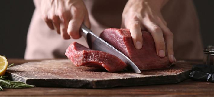 Ο λόγος που δεν πρέπει να πλένεις το κρέας πριν το μαγειρέψεις