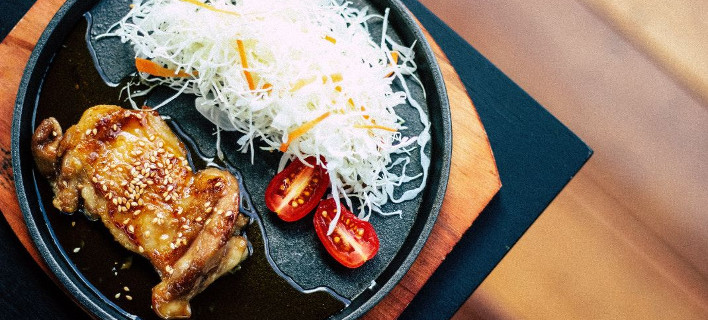 Ενα πιάτο με κρέας και ρύζι, Φωτογραφία: Unsplash/Vitchakorn Koonyosying
