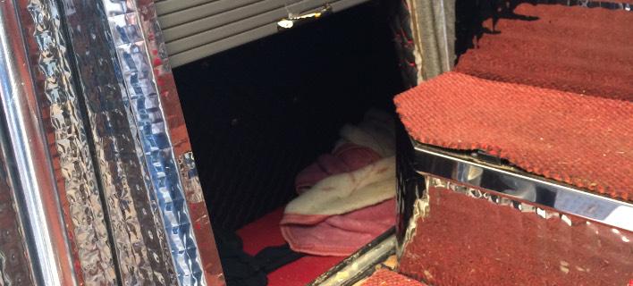 Φωτογραφία: AΠΕ-ΜΠΕ/ Eκρυψαν παράνομους νόμιμους μετανάστες σε κρύπτη στο κάτω μέρος λεωφορείου στην Θεσσαλονίκη
