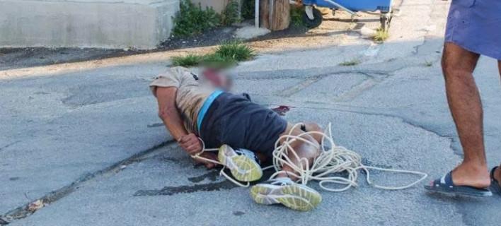 Απίστευτο: Αφόπλισαν ληστή, τον έδειραν και τον έδεσαν με καλώδια στον δρόμο [εικόνες]