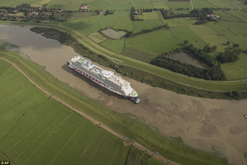 Μοναδικό θέαμα: Κρουαζιερόπλοιο-«θηρίο» περνά από στενό ποτάμι στη Γερμανία!