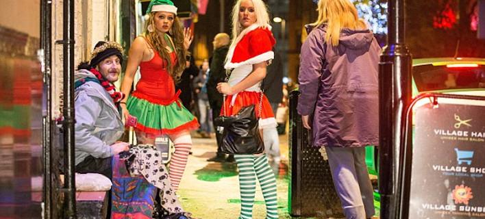Οι Βρετανοί ξανά εκτός ελέγχου: Μαζεύουν τα συντρίμμια τους από τα Χριστουγεννιάτικα πάρτι [εικόνες]