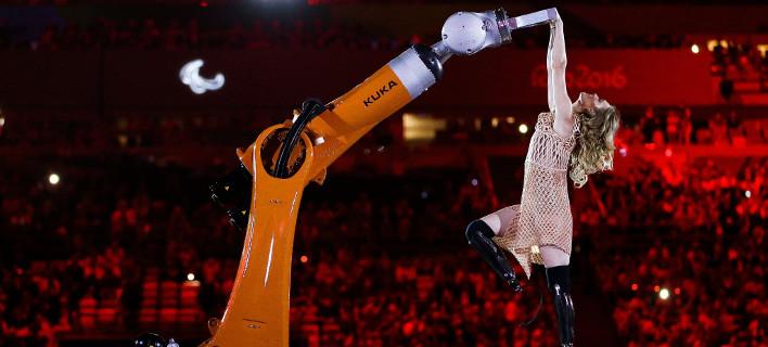 Η έκπληξη των Παραολυμπιακών- Αθλήτρια με τεχνητά πόδια χορεύει salsa με ένα... ρομπότ [εικόνες & βίντεο]