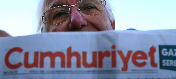 Φωτογραφία: AP/ Ενταση στη δίκη των στελεχών της εφημερίδας Cumhuriyet- Παραμένουν υπό κράτηση τέσσερις στελέχη της