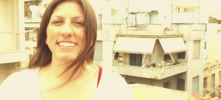 Η Ζωή Κωνσταντοπούλου ανέβηκε στην ταράτσα των γραφείων του κόμματός της για να γυρίσει βίντεο-κάλεσμα στον κόσμο