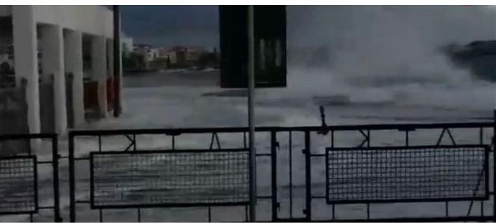 Τα κύματα «καταπίνουν» το λιμάνι της Τήνου