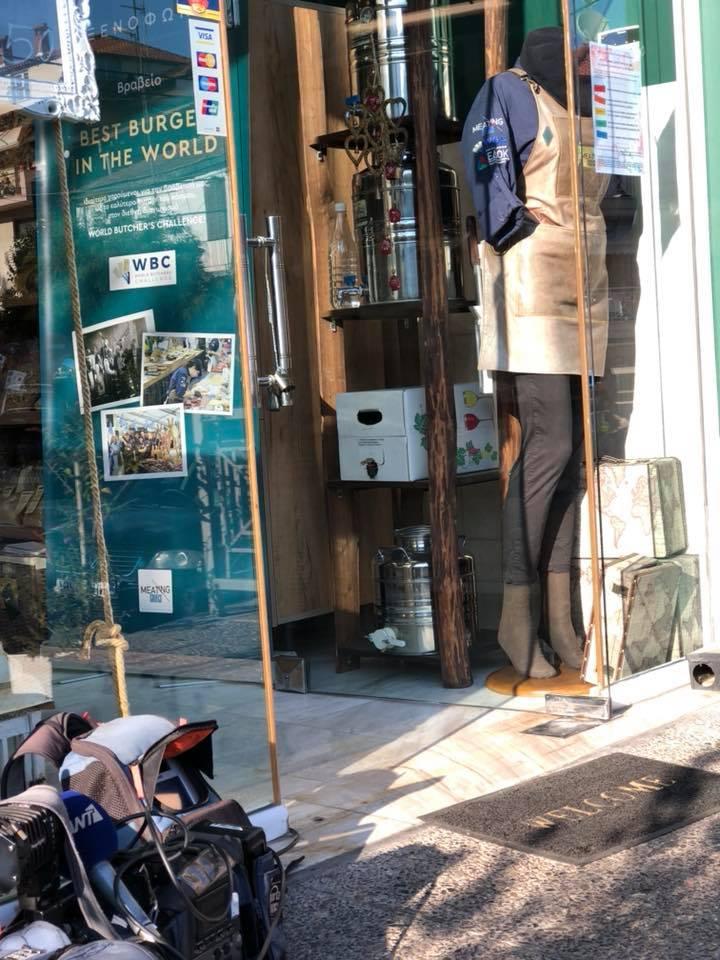 Το κρεοπωλείο της βρίσκεται στη Θεσσαλονίκη