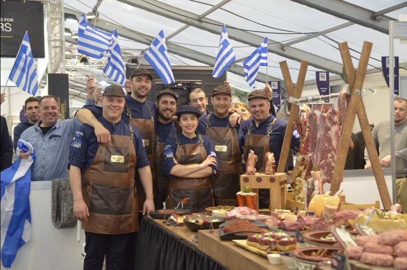 Η ελληνική αποστολή που παρασκεύασε το νοστιμότερο μπέργκερ του κόσμου, αποτελείται από έξι άτομα, τρία άτομα από την Κρήτη, δυο από την Αθήνα και την Κυπαρίσσια Αντωνάρα από τη Θεσσαλονίκη