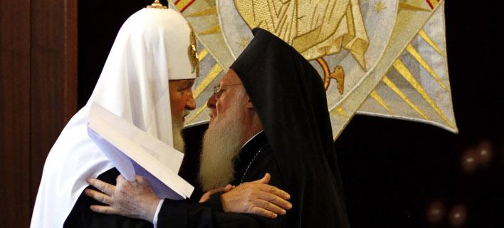 Ο Πατριάρχης Κύριλλος και ο Πατριάρχης Βαρθλομαίος (Φωτογραφία: AP Photo/Kerim Okten, Pool)