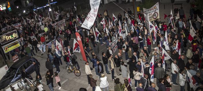 Οι Λαρισαίοι υποδέχτηκαν τον Τσίπρα με πλακάτ και συνθήματα -Πορεία διαμαρτυρίας [εικόνες]