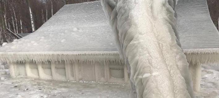 Όλο το σπίτι έχει καλυφθεί από ένα στρώμα πάγου. Φωτογραφία: Facebook