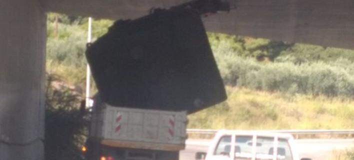 Αδιόρθωτος, απαίδευτος Ελληνας οδηγός -Η ασύλληπτη εικόνα στα Καμένα Βούρλα [εικόνες]