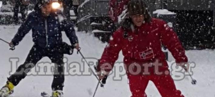 Εκαναν το κέντρο της Λαμίας... πίστα χιονοδρομικού κέντρου -Βόλτες με σκι και σνόουμπορντ στους δρόμους [εικόνες & βίντεο]