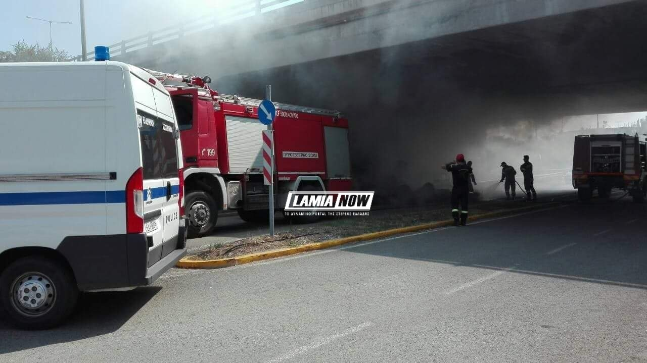 Φωτιά πήρε πλατφόρμα γεμάτη άχυρα στην Λαμία από άγνωστη μέχρι στιγμής αιτία