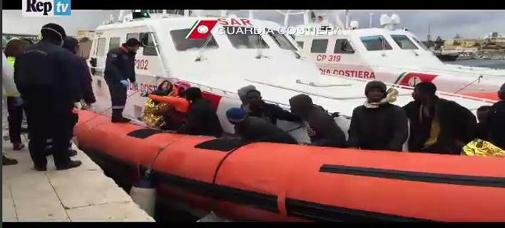 Νέα τραγωδία στη Μεσόγειο: Νεκροί 300 μετανάστες -Δραματικές σκηνές στη Λαμπεντούζα [βίντεο]