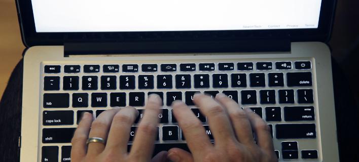 Οι χάκερ... παραμονεύουν (Φωτογραφία: AP/ Elise Amendola)