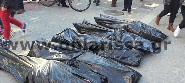 Σκληρή διαμαρτυρία στη Λάρισα -Γέμισε «πτώματα» το κέντρο της πόλης [βίντεο]