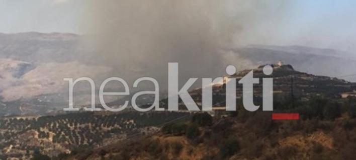 Σε ύφεση  με αναζοπυρώσεις η φωτιά στη Σητεία -Κινδύνευσαν πυροσβέστες [εικόνα & βίντεο]