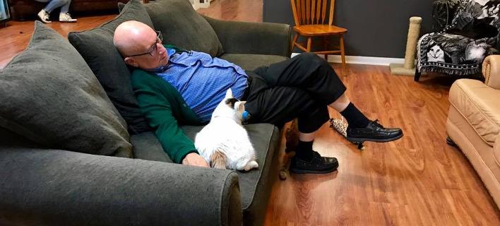 Ο 75χρονος Λόουερμαν κοιμάται αγκαλιά με τις γάτες. Φωτογραφία: Facebook