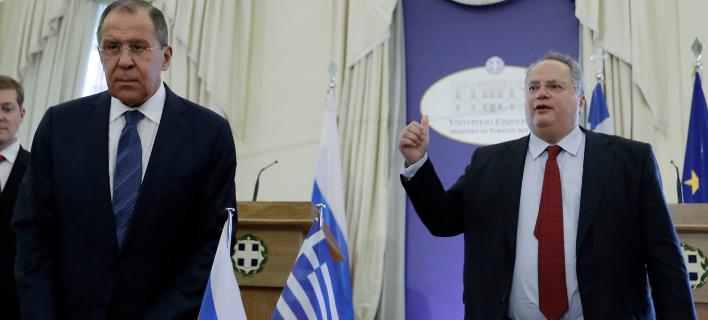 Σεργκέι Λαβρόφ & Νίκος Κοτζιάς (Φωτογραφία: AP Photo/Thanassis Stavrakis)