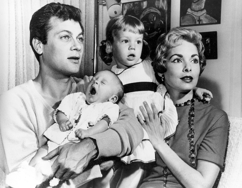 Η νεογέννητη Τζέιμι Λι Κέρτις ανάμεσα στην αδελφή της και τους διάσημους γονείς της