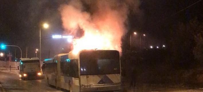 ΣΤΟ ΣΗΜΕΙΟ ΕΣΠΕΥΣΕ Η ΠΥΡΟΣΒΕΣΤΙΚΗ Φωτιά ξέσπασε το βράδυ σε λεωφορείο στη Βάρης- Κορωπίου