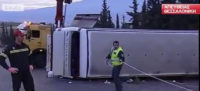 Τέσσερις νεκροί από ανατροπή τουριστικού λεωφορείου στη Θεσσαλονίκη [βίντεο]