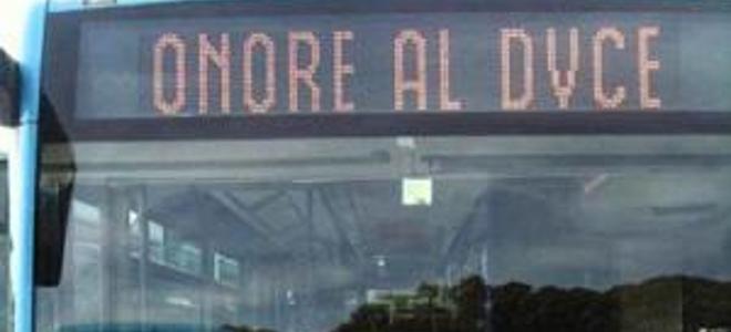 Λεωφορείο κυκλοφορούσε με την επιγραφή «Τιμή στον Ντούτσε»