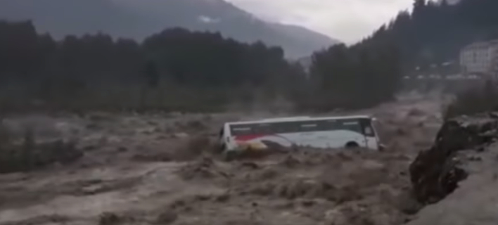 Το λεωφορείο γίνεται έρμαιο του φουσκωμένου ποταμού