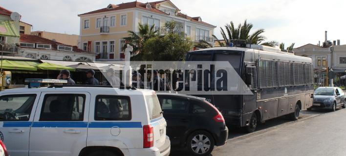 Αγριεύει η κατάσταση στη Μυτιλήνη -Σε κλοιό αστυνομικών η πλατεία που κατέλαβαν οι μετανάστες [εικόνες]