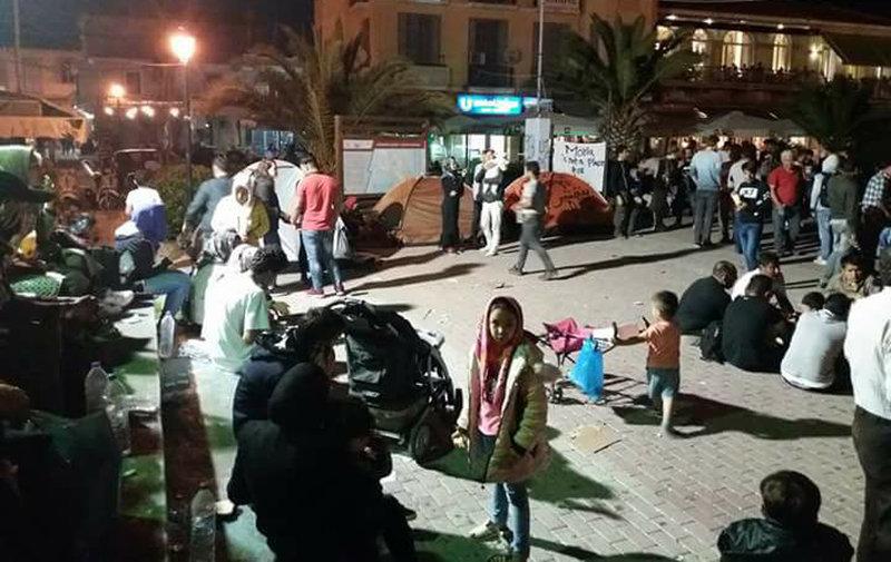 Συνεχίζεται η κατάληψη της πλατείας Σαπφούς στη Μυτιλήνη